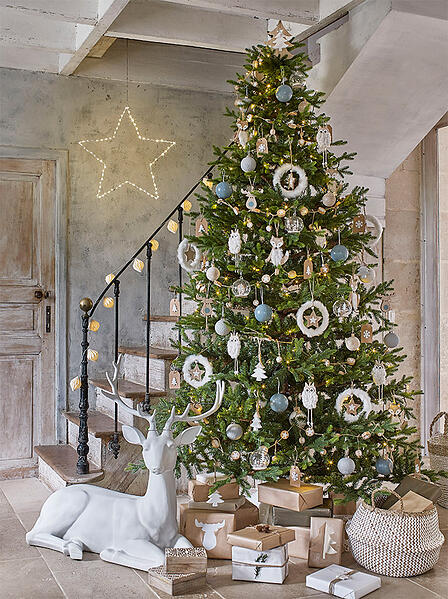 Modern rustic decorated tree with deer